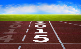 Новый Год 2015 на идущей концепции следа с голубым небом стоковая фотография