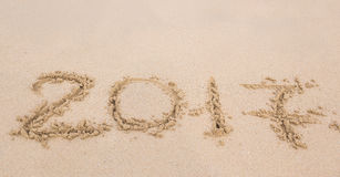 Новый Год 2017 приходя концепция - надпись 2017 на песке пляжа Стоковая Фотография