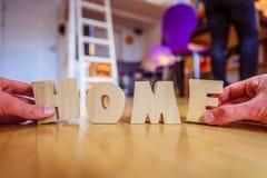 Новый дом: Аранжировать ДОМАШНИЕ письма стоковые изображения
