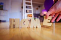 Новый дом: Аранжировать ДОМАШНИЕ письма стоковая фотография