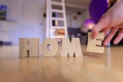 Новый дом: Аранжировать ДОМАШНИЕ письма стоковое изображение rf