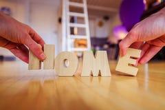 Новый дом: Аранжировать ДОМАШНИЕ письма стоковое фото rf