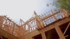 Новый дом жилищного строительства обрамляя против голубого неба акции видеоматериалы