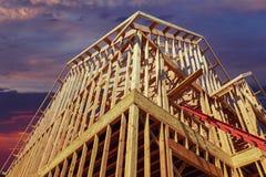 Новый дом жилищного строительства обрамляя против захода солнца стоковое фото rf