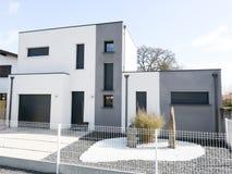 Новый дом здания в сером и белом современном стиле Стоковое Фото