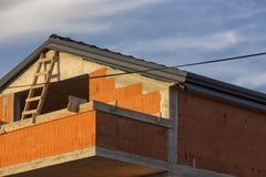 Новый дом семьи сделанный красных кирпичей под конструкцией стоковая фотография rf