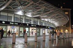 Новый железнодорожный вокзал королей Креста входа на ноче Стоковые Фотографии RF