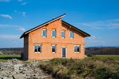 Новый жилой дом семьи под конструкцией стоковое фото