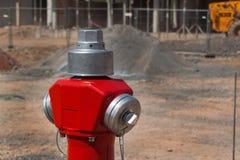 Новый жидкостный огнетушитель на строительной площадке Конструкция улицы человек проверяя огнетушитель Стоковые Изображения RF