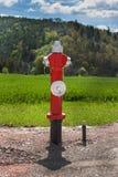 Новый жидкостный огнетушитель на строительной площадке Конструкция улицы человек проверяя огнетушитель Стоковая Фотография