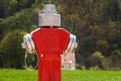 Новый жидкостный огнетушитель на строительной площадке Конструкция улицы человек проверяя огнетушитель Стоковая Фотография RF