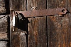 Новый замок металла на старой железной смертной казни через повешение приспособления на деревянных досках Стоковая Фотография RF