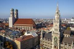 Новый здание муниципалитет Мюнхена на Marienplatz и Frauenkirche, Ger Стоковые Изображения RF