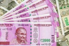 Новый индеец 2000 рупий банкнот банкноты 500 рупий в предпосылке стоковые фотографии rf