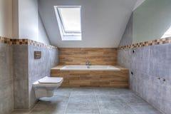 Новый интерьер ванной комнаты в доме стоковое фото rf