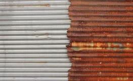 Новый и старый ржавый гальванизированный цинк Стоковое Фото