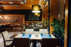 Новый и чистый роскошный ресторан в европейском стиле Стоковые Изображения RF