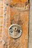 Новый ключевой замок на старой деревянной двери Стоковые Изображения