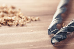 Новый комплект бурового наконечника лежа на чистой деревянной предпосылке стоковое изображение rf