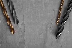 Новый комплект бурового наконечника лежа на чистой конкретной предпосылке стоковая фотография