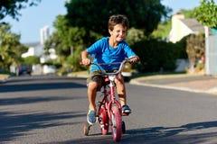 Новый мальчик велосипеда Стоковое фото RF