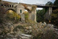 Новый мост и старый мост с малой часовней на Karytaina, Pelo Стоковое Фото