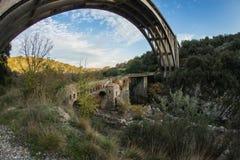 Новый мост и старый мост с малой часовней на Karytaina, Pelo Стоковые Изображения RF