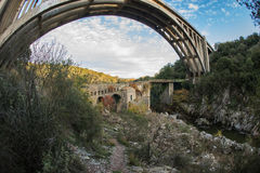 Новый мост и старый мост с малой часовней на Karytaina, Pelo Стоковые Фото