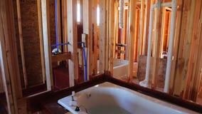 Новый нижний интерьер ванной комнаты конструкции с внутренний обрамлять нового дома под конструкцией видеоматериал