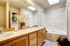 Новый домашний интерьер ванной комнаты с комбинацией ливня и ванны, деревянным шкафом Стоковые Изображения RF