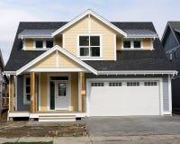 Новый домашний экстерьер желтого цвета дома Стоковая Фотография RF