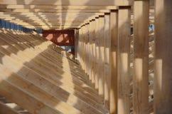 Новый дом в настоящее время под конструкцией и деревянным rof стоковая фотография rf