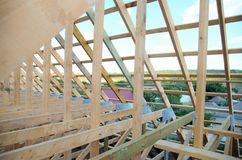 Новый дом в настоящее время под конструкцией и деревянным rof Стоковые Фотографии RF