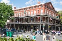 НОВЫЙ ОРЛЕАН, ЛА - 13-ОЕ АПРЕЛЯ: Улица в французском квартале Нового Орлеана, Луизианы показывая исторические buldings с уникальн Стоковое Изображение RF