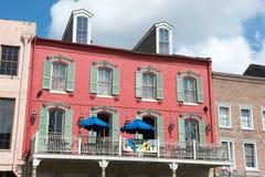 НОВЫЙ ОРЛЕАН, ЛА - 13-ОЕ АПРЕЛЯ: Улица в французском квартале Нового Орлеана, Луизианы показывая исторические buldings с уникальн Стоковое Изображение