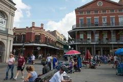 НОВЫЙ ОРЛЕАН, ЛА - 13-ОЕ АПРЕЛЯ: Улица в французском квартале Нового Орлеана, Луизианы показывая исторические buldings с уникальн Стоковые Изображения RF