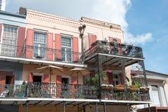 НОВЫЙ ОРЛЕАН, ЛА - 13-ОЕ АПРЕЛЯ: Улица в французском квартале Нового Орлеана, Луизианы показывая исторические buldings с уникальн Стоковые Фото
