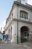 НОВЫЙ ОРЛЕАН, ЛА - 13-ОЕ АПРЕЛЯ: Улица в французском квартале Нового Орлеана, Луизианы показывая исторические buldings с уникальн Стоковая Фотография