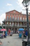 НОВЫЙ ОРЛЕАН, ЛА - 13-ОЕ АПРЕЛЯ: Улица в французском квартале Нового Орлеана, Луизианы показывая исторические buldings с уникальн Стоковая Фотография RF
