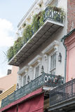 НОВЫЙ ОРЛЕАН, ЛА - 13-ОЕ АПРЕЛЯ: Улица в французском квартале Нового Орлеана, Луизианы показывая исторические buldings с уникальн Стоковое Фото