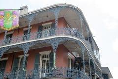 НОВЫЙ ОРЛЕАН, ЛА - 13-ОЕ АПРЕЛЯ: Улица в французском квартале Нового Орлеана, Луизианы показывая исторические buldings с уникальн Стоковые Фотографии RF