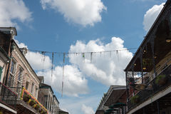 НОВЫЙ ОРЛЕАН, ЛА - 13-ОЕ АПРЕЛЯ: Улица в французском квартале Нового Орлеана, Луизианы показывая исторические buldings с уникальн Стоковые Изображения