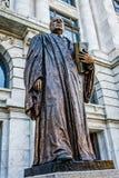 Новый Орлеан, Луизиана: Статуя белизны Эдвард Дуглас, сенатора и девятого председателя суда Соединенных Штатов, помещенного во фр стоковые фотографии rf