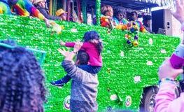 НОВЫЙ ОРЛЕАН - 9-ОЕ ФЕВРАЛЯ 2016: Туристы вдоль улиц города на m стоковое изображение