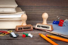 Новый продукт и старый продукт Избитая фраза на столе в офисе Предпосылка дела и работы стоковое изображение