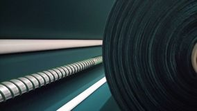 Новый промышленный темный ый-зелен крен, темная ая-зелен предпосылка Концепция: материал, ткань, изготовление, фабрика одежды, но Стоковые Изображения RF