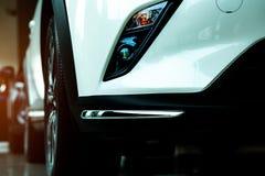 Новый роскошный белый автомобиль припарковал в современном выставочном зале для продажи Офис автосалона Розничный магазин автомоб стоковое изображение rf
