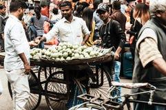 Новый рынок Kolkata 25-ое декабря 2018 - неопознанный уличный торговец продавца плода Guava на ярмарке около рынка Hogg немногие  стоковые фотографии rf