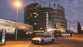 Новый серебряный Urus SUV Lamborghini припарковал город видеоматериал