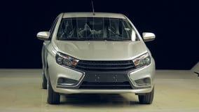 Новый сияющий автомобиль стоит в темноте, свете включает сток-видео